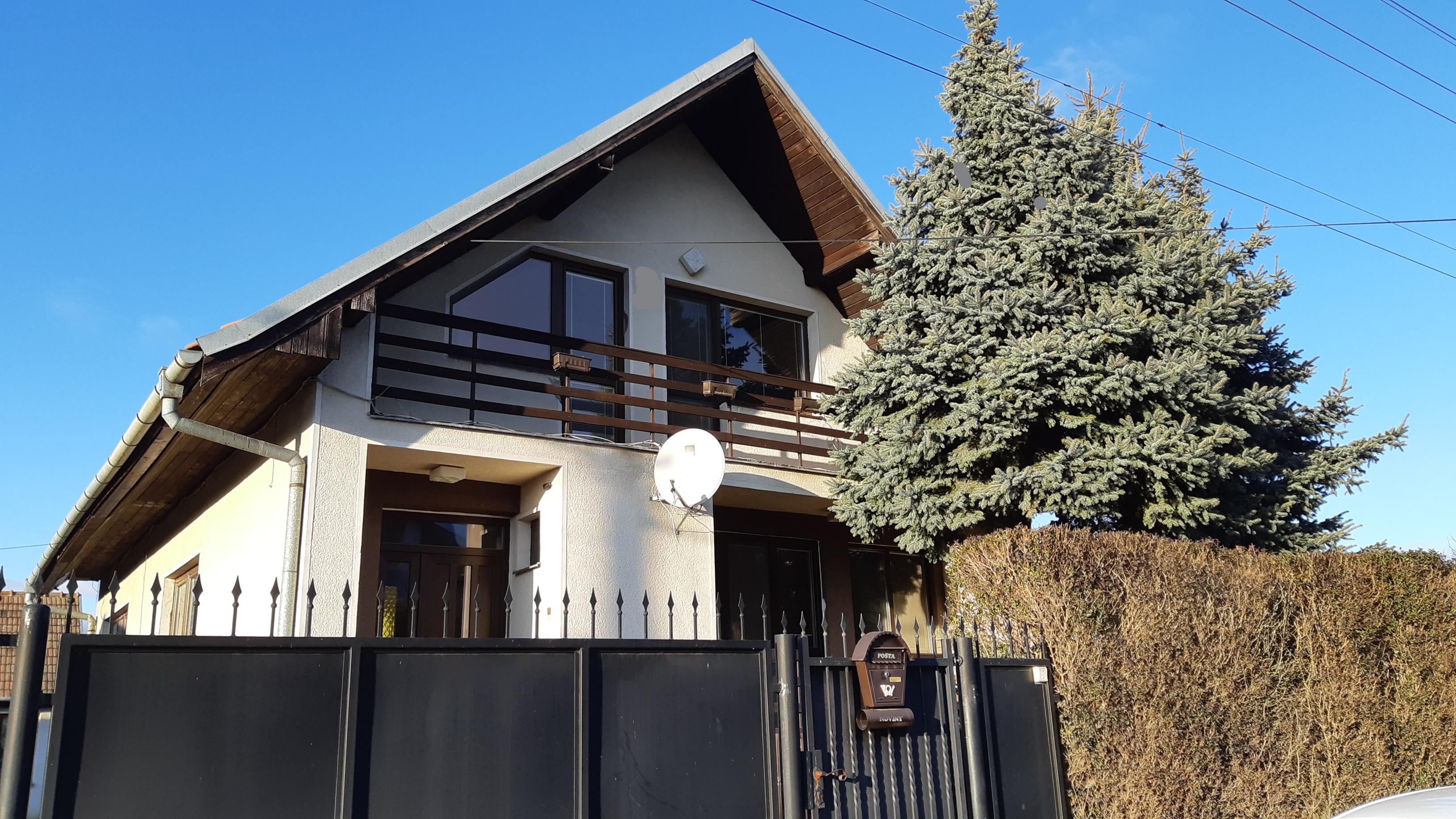 Na prenájom 4-izbový poschodový rodinný dom v obci Jelka