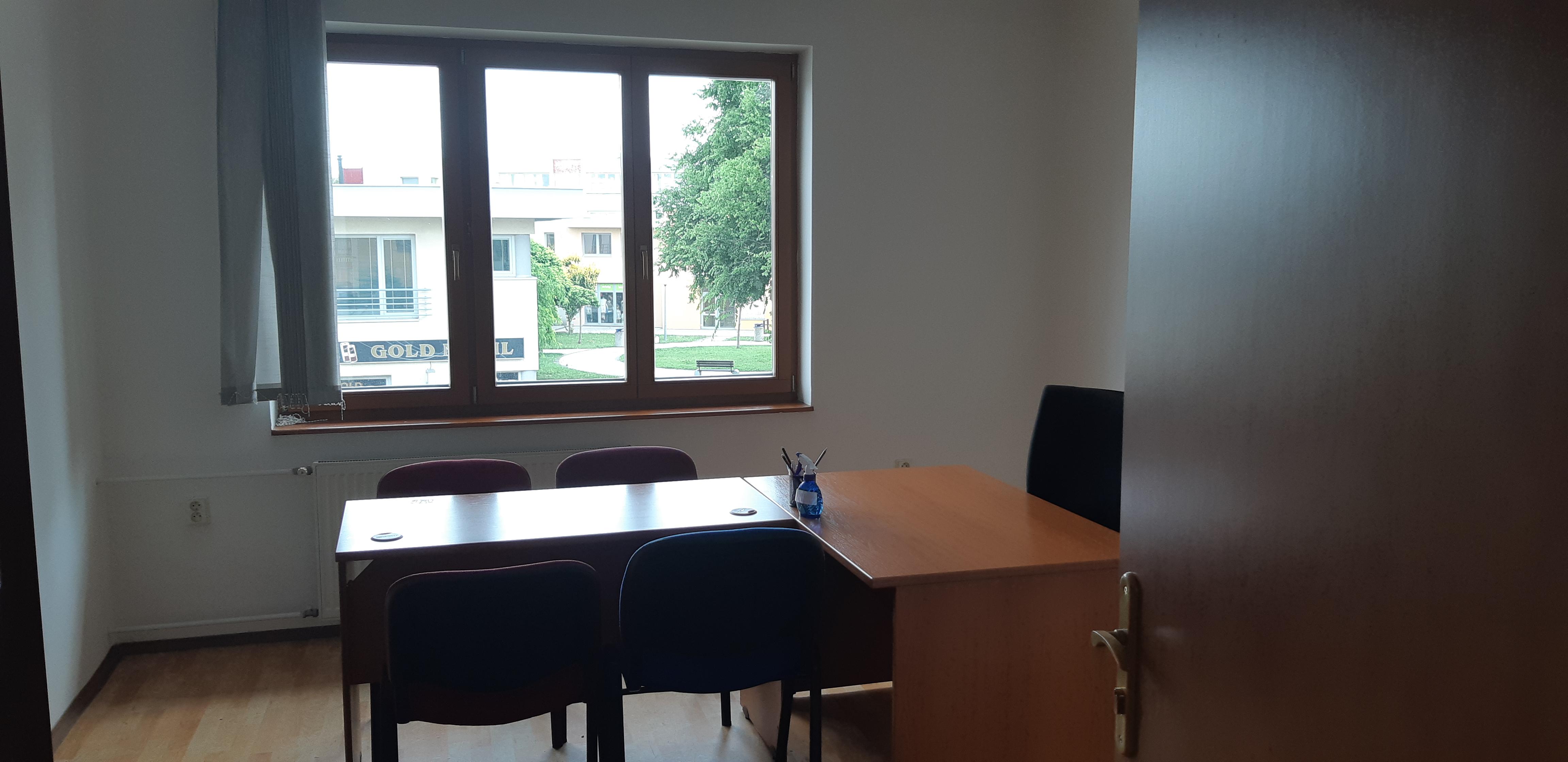 Na prenájom kancelársky priestor (dve prepojené kancelárie) Galanta /centrum/